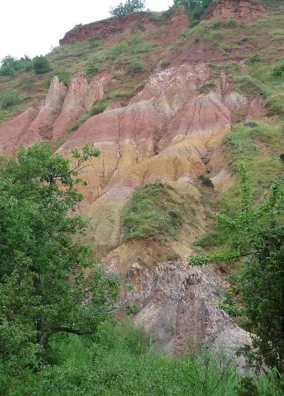 Les falaises mottes ocres et rouges