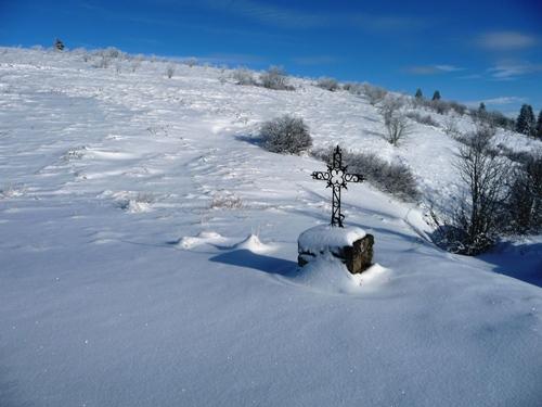 raquettes a neige dans le forez croix du fossat guide nature randonnee