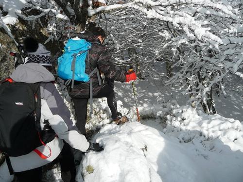 raquettes a neige dans le forez gros rocher guide nature randonnee