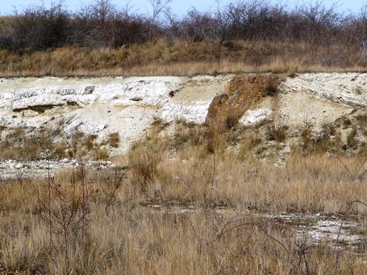 Le filon basaltique enchâssé dans les couches sédimentaires.