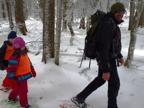 Les enfants suivent l'accompagnateur en montagne